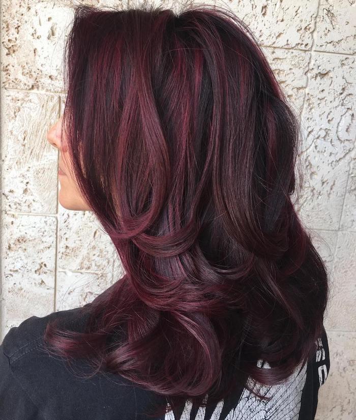 cheveux bordeau, racines noires avec mèches bordeaux, coloration rouge foncé, cheveux mi longs