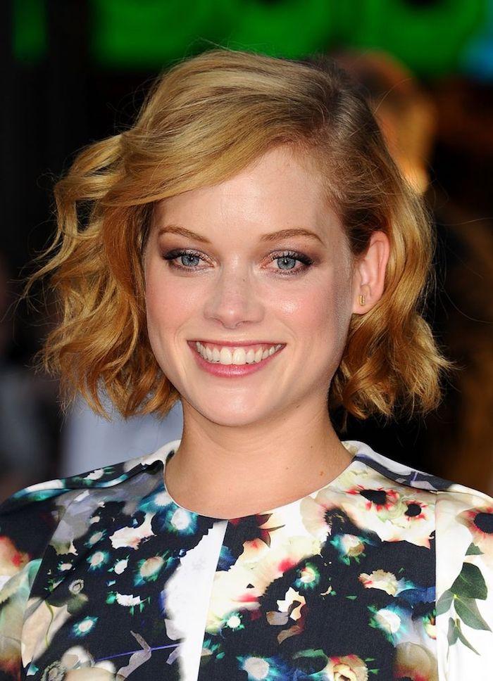 une coupe de cheveux carré court d'un blond roux cuivré, jolicarré ondulé, maquillage léger