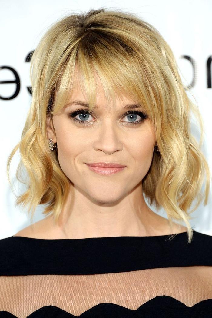coupe carré court, sur des cheveux blonds avec frange, jolies ondulations floues, robe de soirée noire