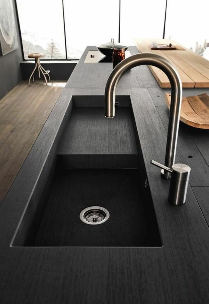 cuisine noire lavabo et plan de travail en noir évier couleur argent accents en PVC imitation bois