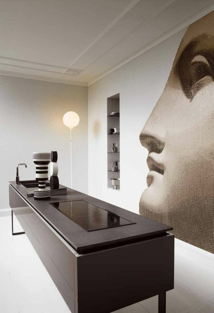 cuisine noire deco au visage humain au mur ilot rectangulaire