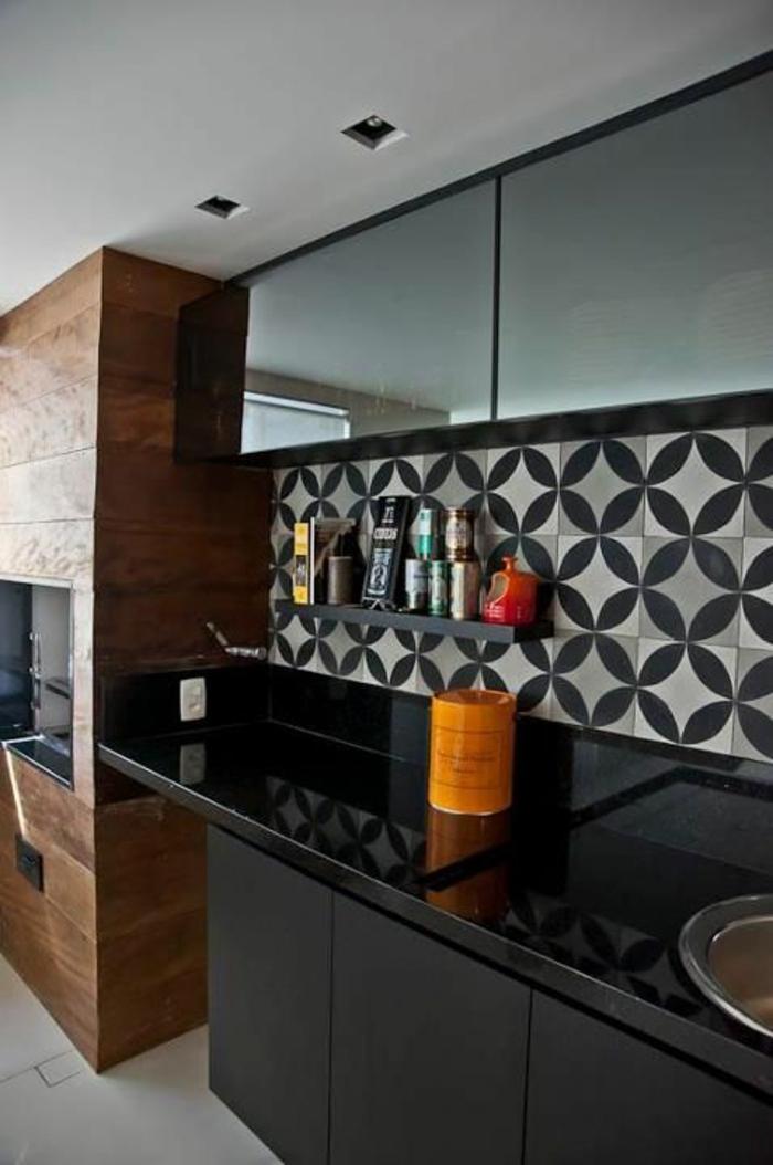 cuisine noir avec revetement du mur en noir et blanc et surface du lavabo lisse