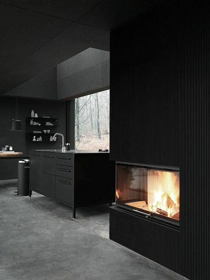 cuisine noir avec cheminée ilot en noir espaces de rangement en noir