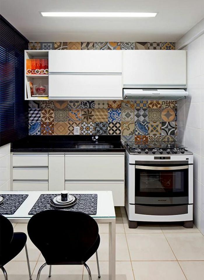 cuisine en noir avec revetement du mur aux plaques colorées