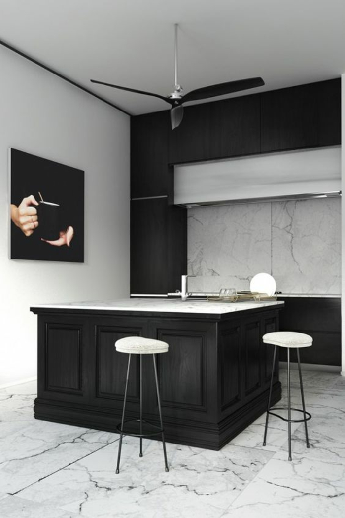 cuisine noire et blanc bien structurée avec ilot et un grand panneau decoratif en noir