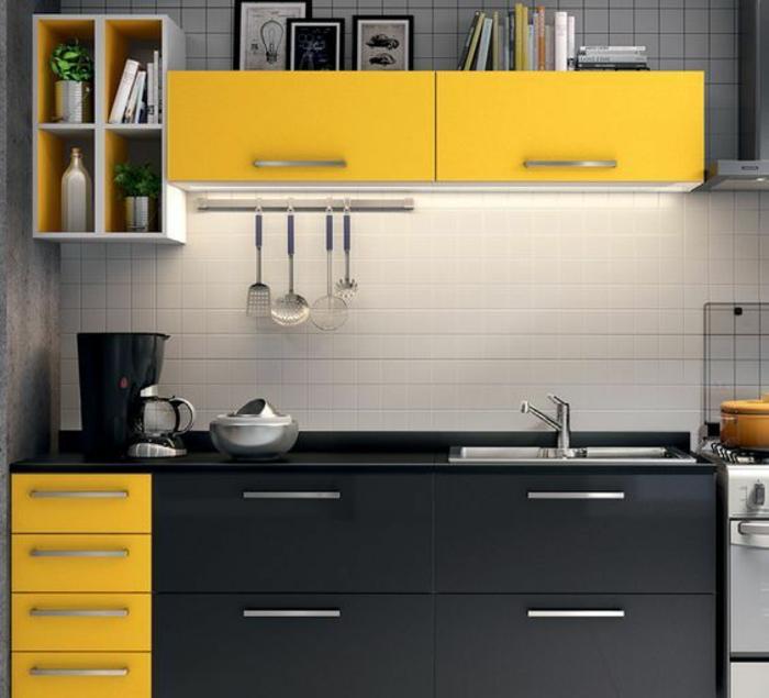 cuisine en noir avec du jaune et murs aux carrelages en blanc