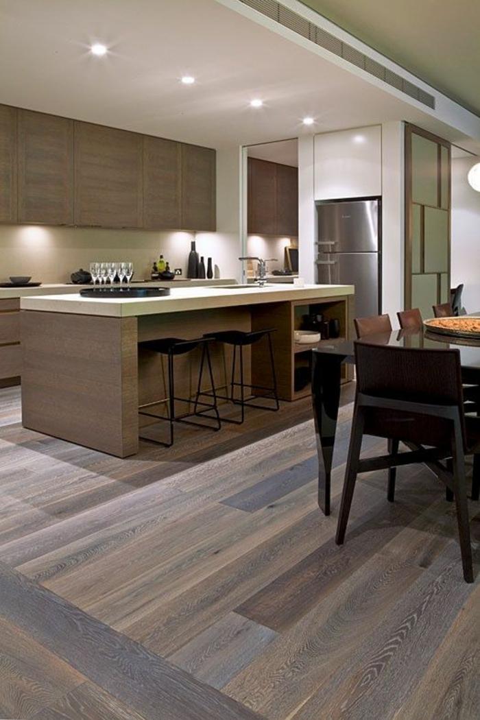 cuisine noire dans la partie ouverte de la salle a manger avec des zones en couleur taupe