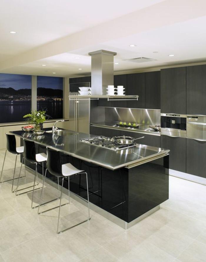 cuisine noire avec des zones en métal ilot rectangulaire chaises en PVC bicolore