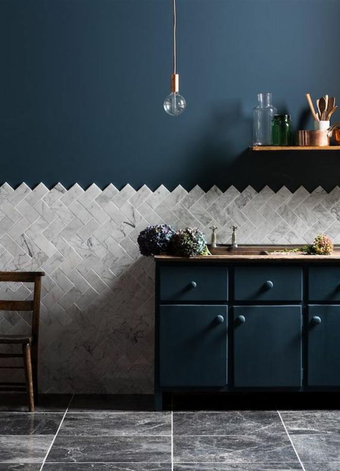 cuisine noire avec des carrelages blancs sur un mur meuble en noir