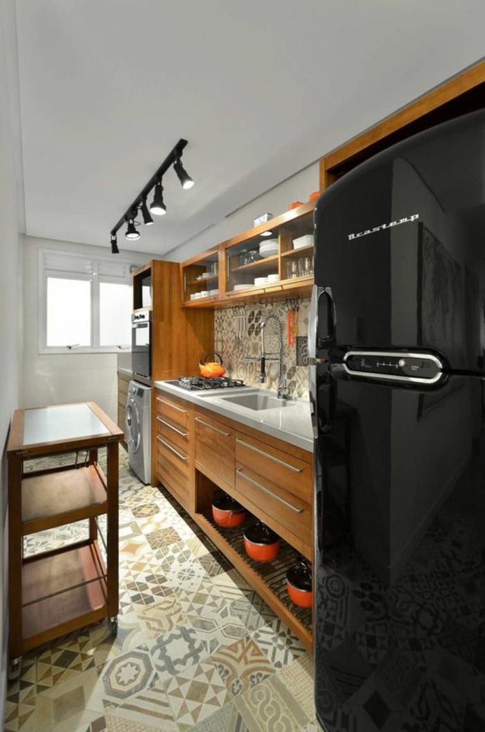 cuisine bois et noir avec frigo en noir et luminaires en noir