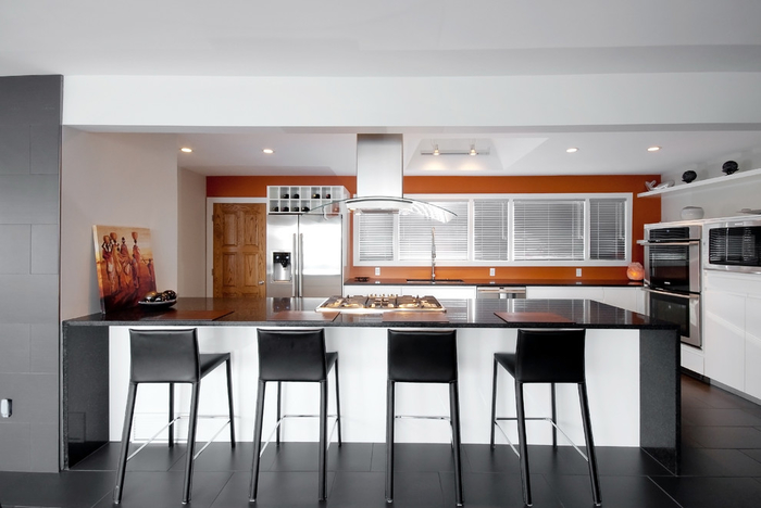 une cuisine en gris et blanc au design contemporain illuminé par la terre de sienne