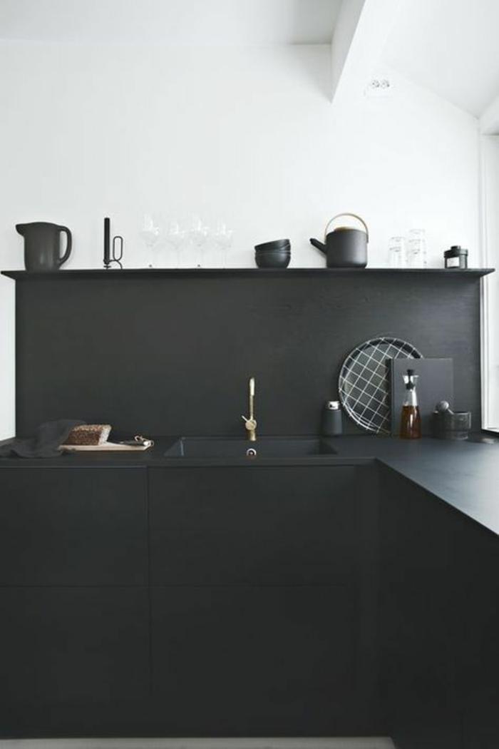 cuisine noire et murs blancs avec des elements deco