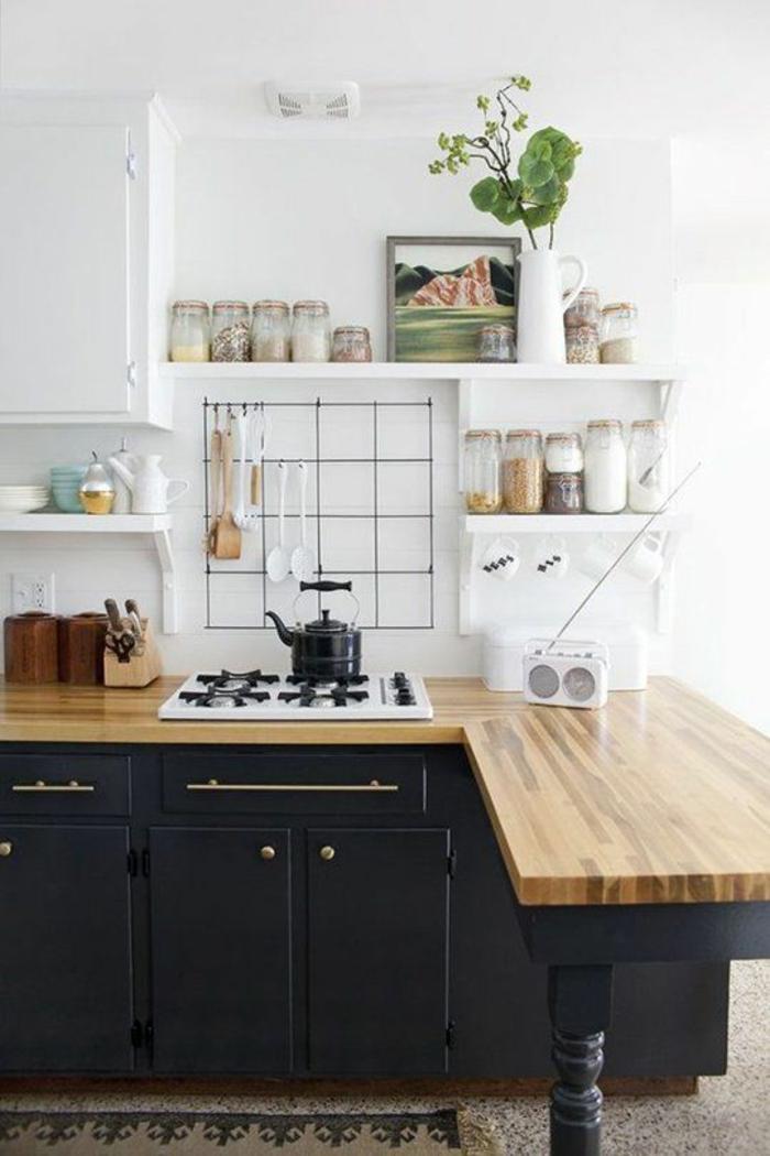cuisine en noir avec plan de travail imitation bois bicolore avec étagères en blanc
