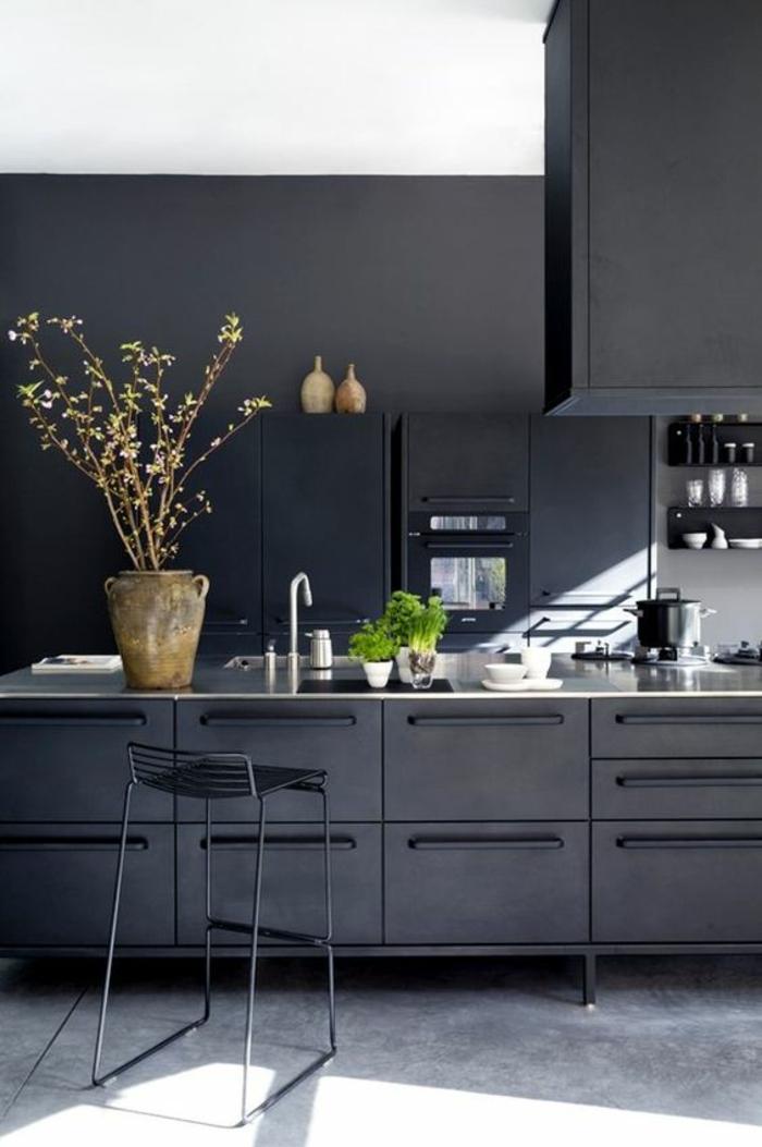 cuisine en noir meubles noir total avec vase couleur terre cuite