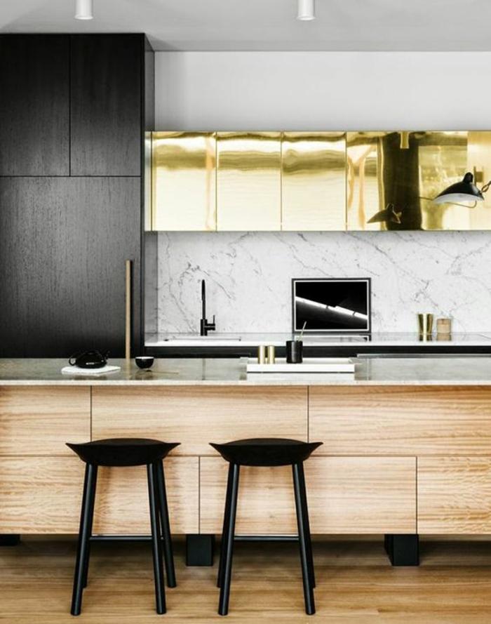cuisine en noir avec meubles de rangement revetus en feuilles dorées brillance et luxe