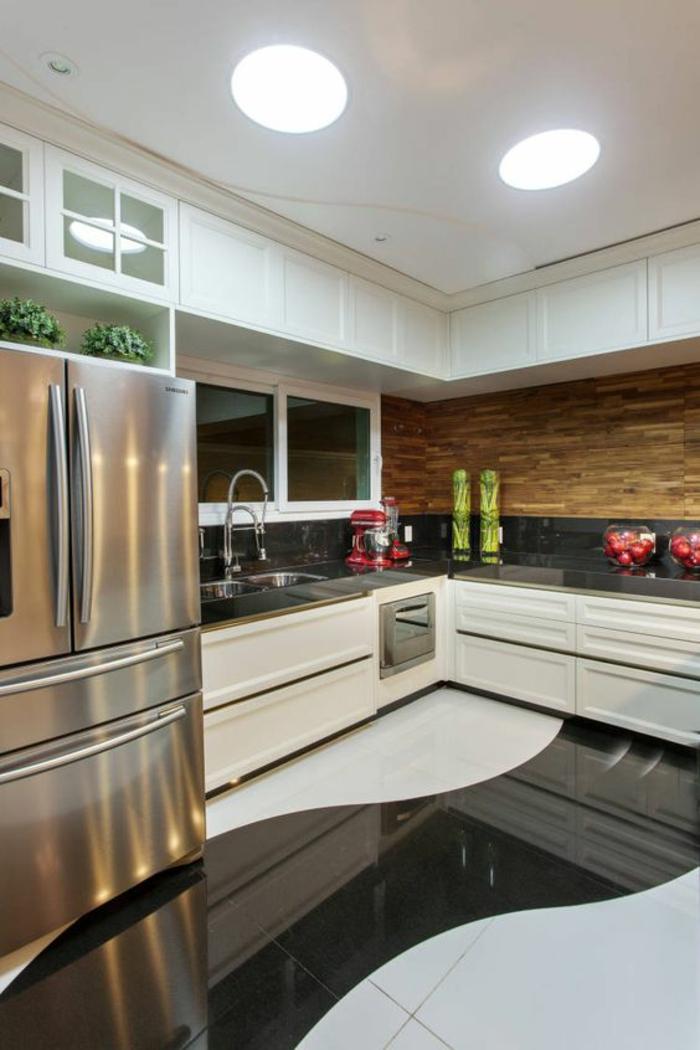 cuisine noir avec sol bicolore en noir et blanc et plafont tout blanc finition lisse et frigo finition métal couleur argen