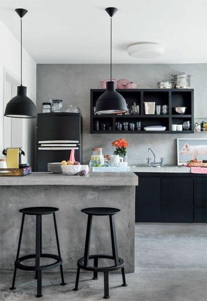 cuisine noir et blanc et gris avec des luminaires noirs et frigo noir