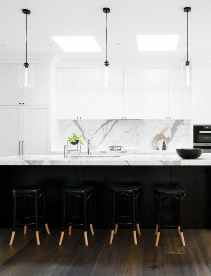 cuisine noir et bois avec des luminaires suspendus en verre transparent tabourets de bar plan de travail cuisine en blanc