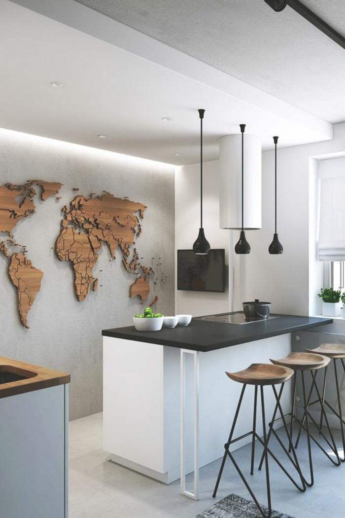 cuisine noir et bois sol et plafond en blanc avec panneau décoratif sur le mur en bois synthétique en forme de carte géographique de l Afrique et de l Amérique