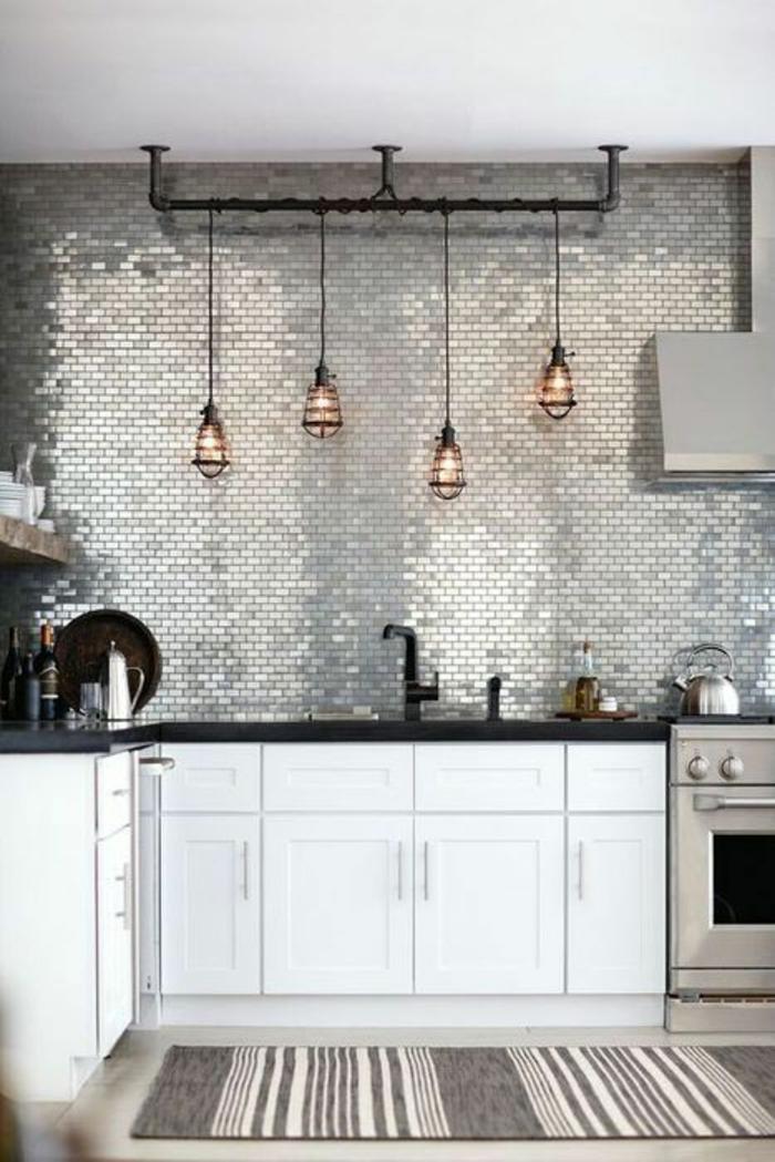 cuisine en noir revetement du mur en métal brillant style d'ameublement industriel