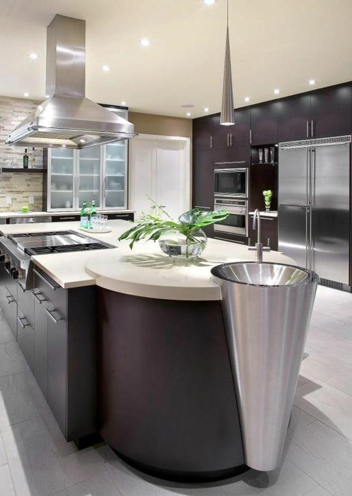 cuisine meuble noir avec lavabo métal finition argent en forme de cone et plafond lisse petits luminaires ronds incorporés