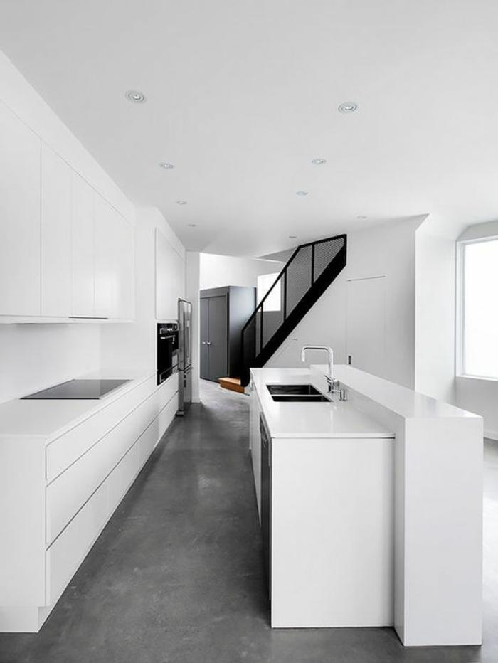 cuisine noir avec couleur blanche comme prévalente escalier en noir