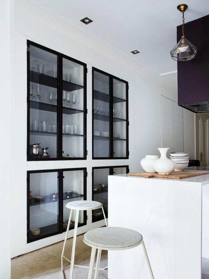 cuisine en noir avec des grands espaces de rangement avec des vetrines en verre accentués en noir