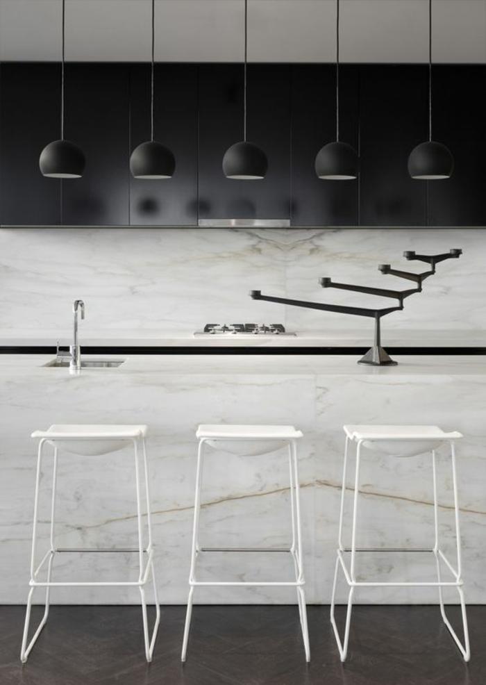 cuisine bois et noir deco cuisine noire avec des luminaires en noir suspendus
