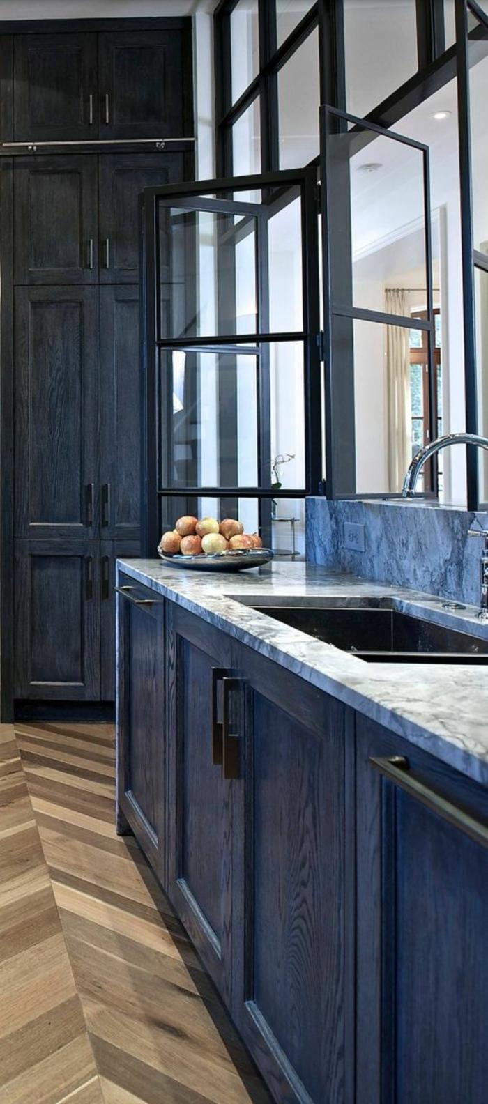 cuisine noir et bois avec du parquet au sol et zone lavabo en revetement style marbre