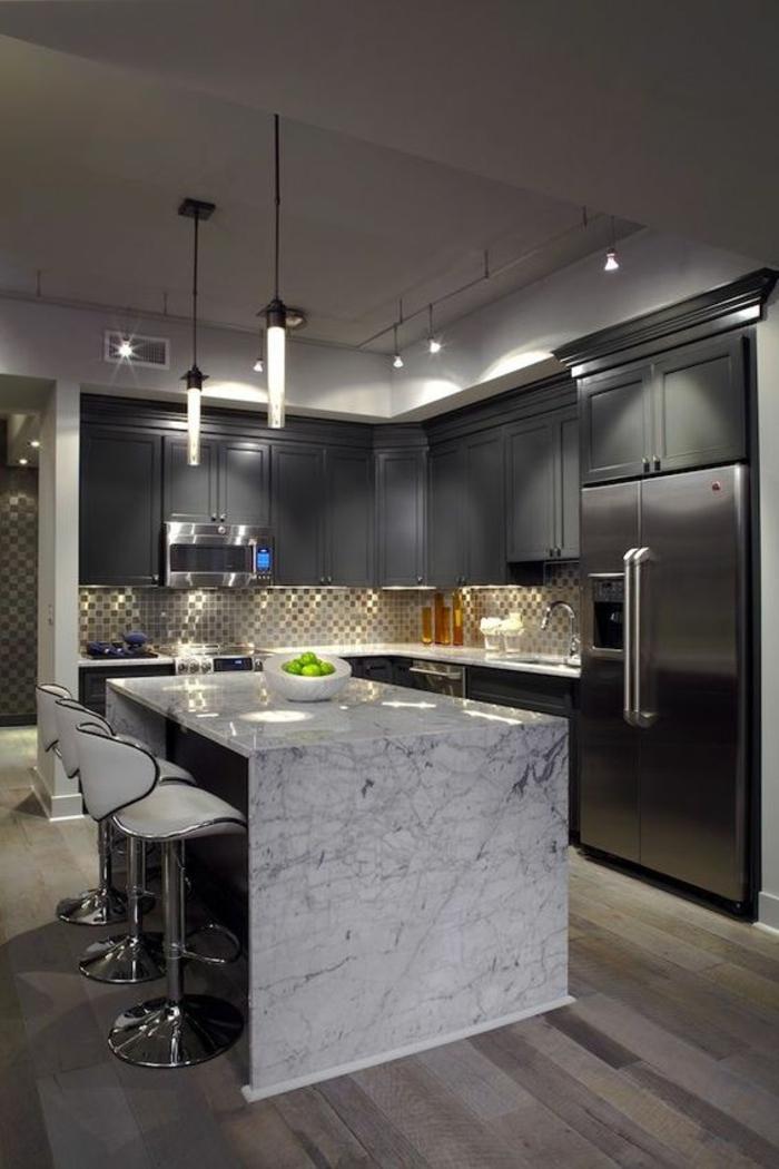 cuisine en noir plafond formé comme niche deux luminaires en forme de pendule ilot blanc