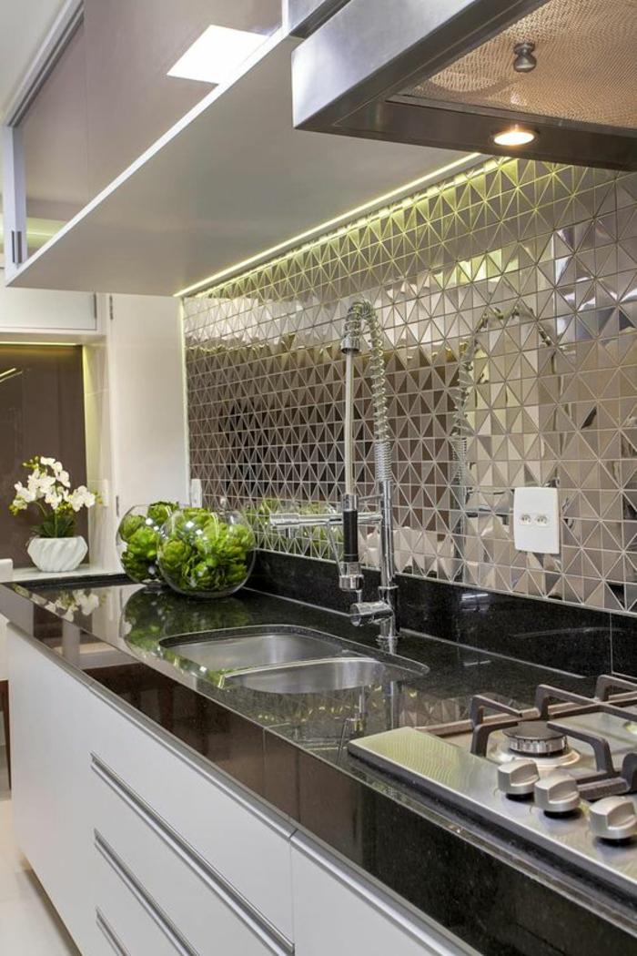 deco cuisine noire avec revetement métallique du mur a facettes au dessus du lavabo