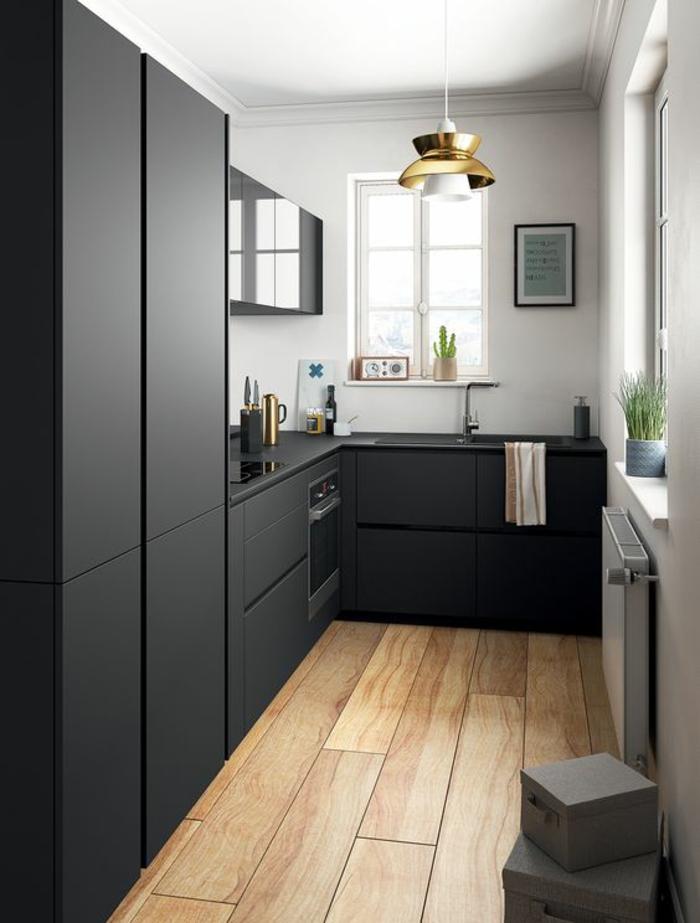 cuisine noir et bois avec sol en parquet synthétique couleur claire et luminaire en abat jour de métal jaune