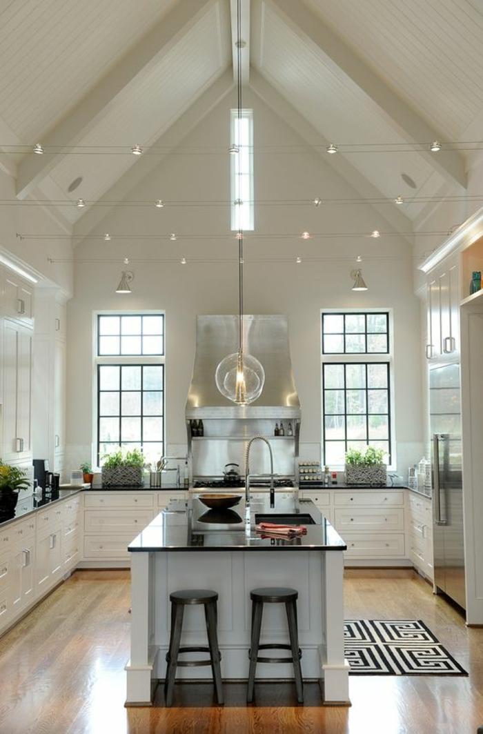 cuisine bois et noir avec toit en pente peint en blanc avec des petits luminaires inciorporés comme des étoiles