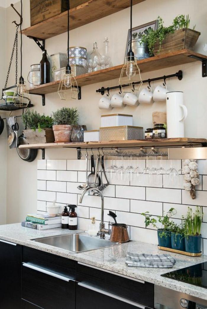 cuisine en noir mur au dessus du lavabo revetu en briques blanches avec des étagères en bois poli