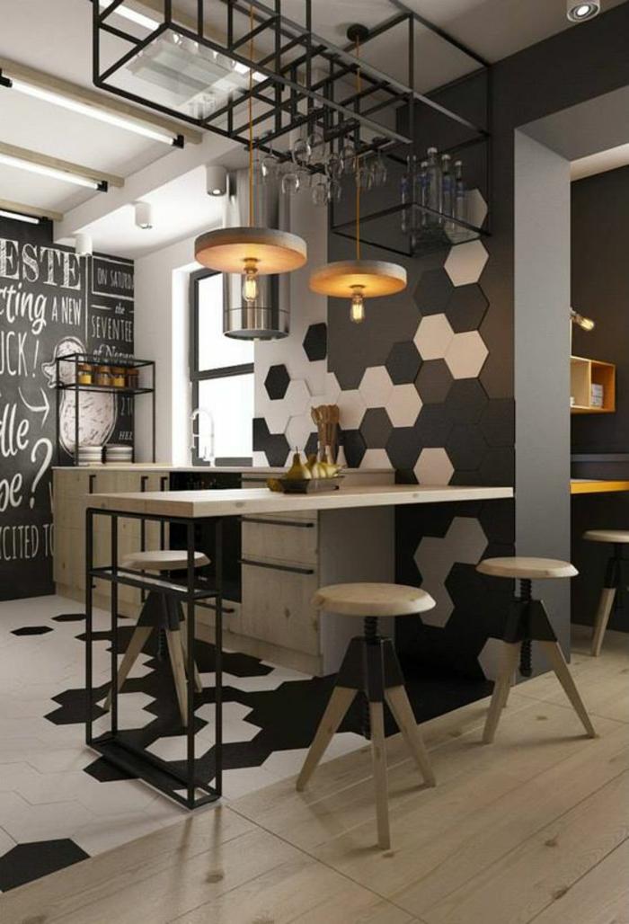 cuisine en noir avec des panneaux décoratifs en forme de ruches sur un des murs en blanc, noir et taupe