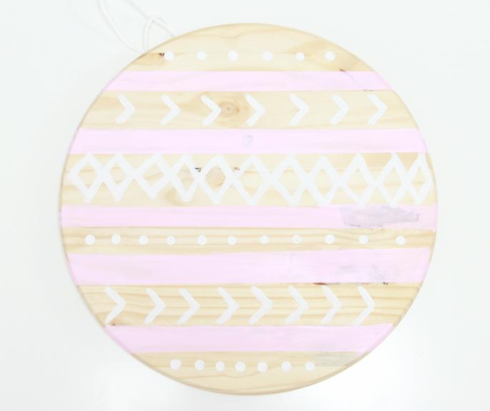 idée comment fabriquer un panneau organisateur personnalisé, planche ronde en bois, peinture motifs divers, astuce rangement