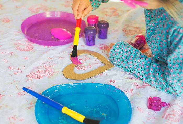 customiser un cadre photo en forme de coeur à la peinture, bricolage enfant facile, enfant primaire