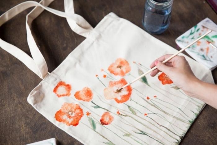 idée comment customiser un sac, peinture sur toile, un paysage champetre, fleurs, activité créative, dessin à main