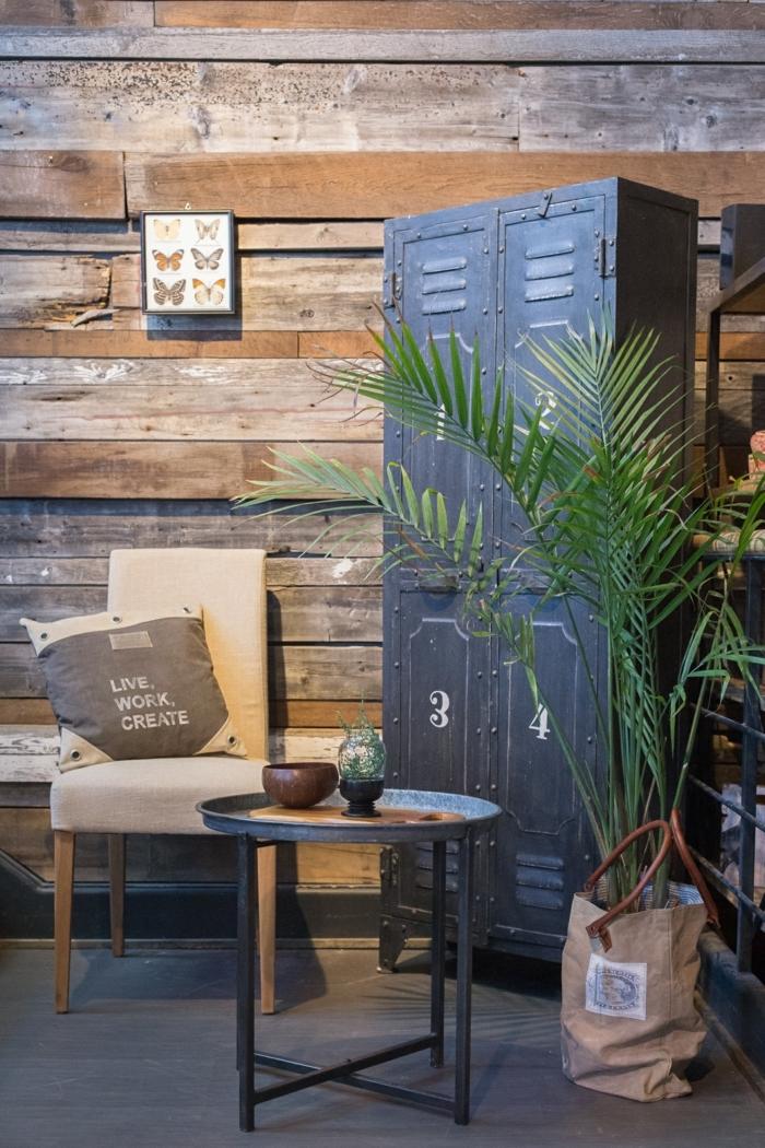 idee deco industrielle, plantes vertes, murs en bois, peinture papillons, table basse et ronde, meuble industriel