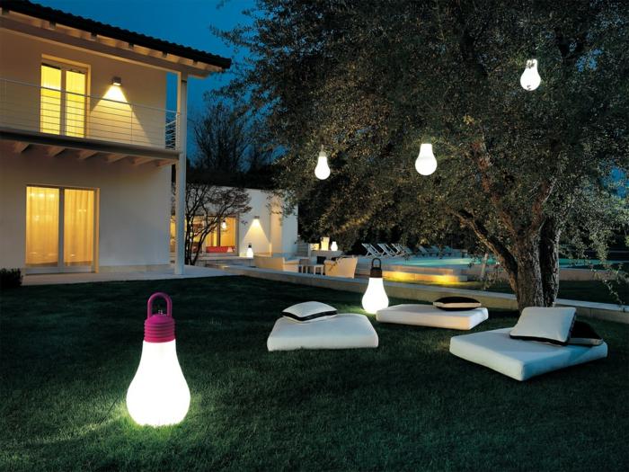 idee deco industrielle, gazon vert, éclairage extérieur, arbre, décoration de jardin, objets industriels, piscine extérieure