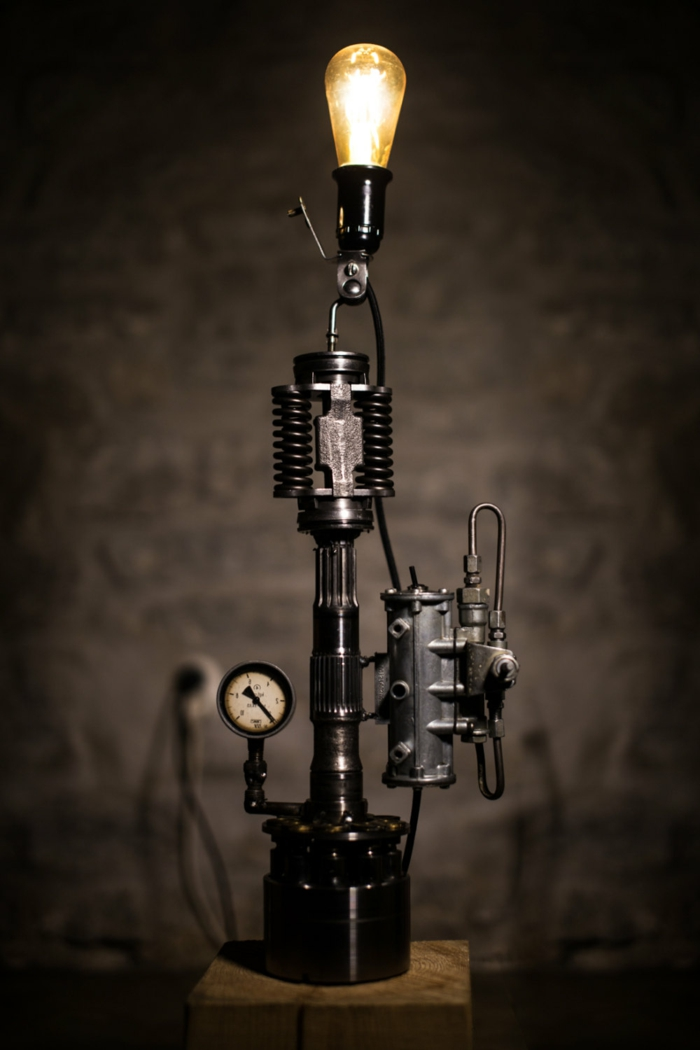 meuble industriel, ampoule électrique, lampe en métal avec mécanisme, murs gris, idee deco industrielle