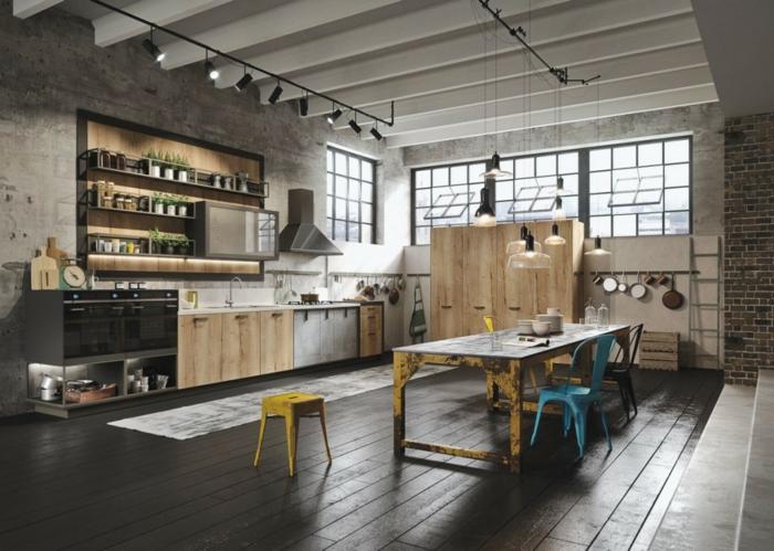 idee deco industrielle, cuisine grise, mur en béton, table jaune, chaise bleue, hotte métallique, lampes suspendues