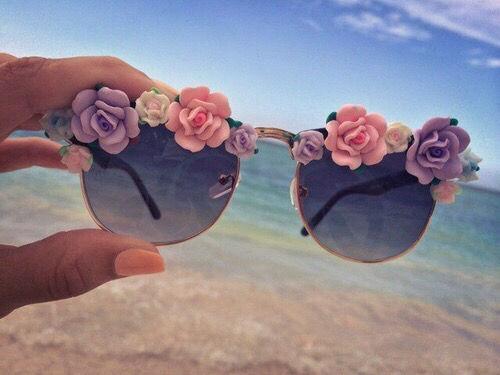idée comment personnaliser ses lunettes de soleil, fleurs roses multicolores, esprit été plage, bricolage facile