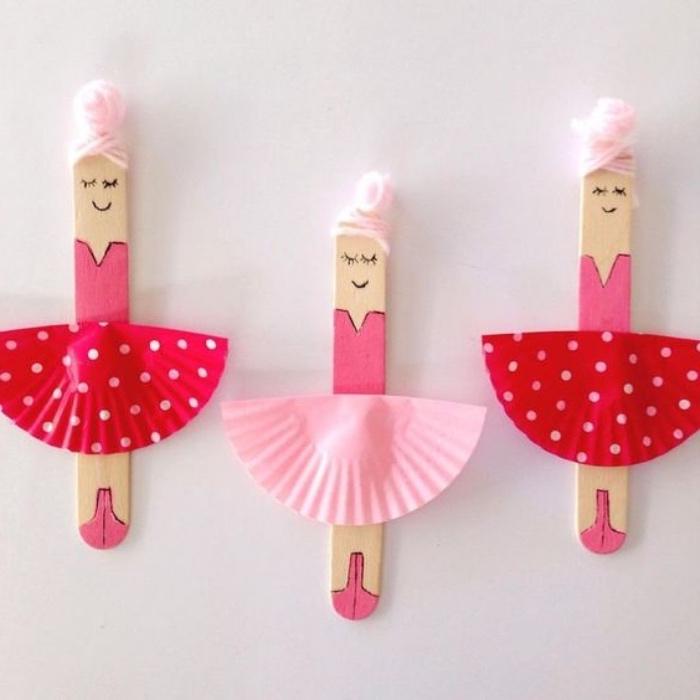 activité manuelle maternelleprimaire, des batonnets de glace, transformés en danseuses, cheveux en laine rose, tutu en caissettes a muffins