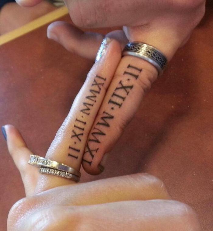 tatouage doigt tatouages amour éternel amitié chiffres romains sur doigts