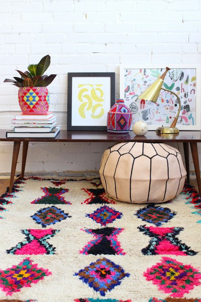 comment faire réveiller l'intérieur avec la déco ethnique chic, pouf marocain en cuir et tapis ethnique coloré