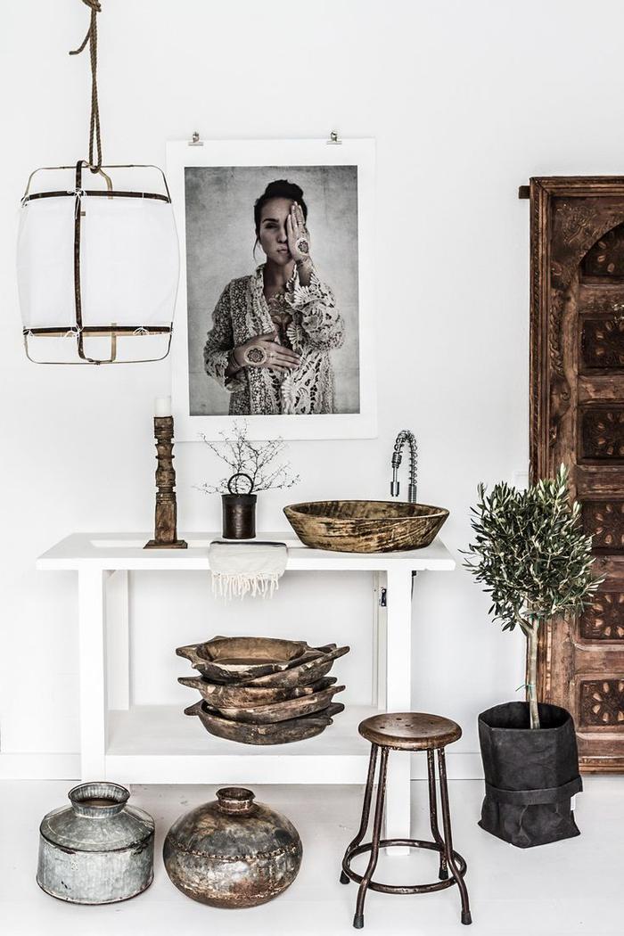 un intérieur tout blanc associé à l'esthétique sobre de la déco wabi sabi, deco ethnique originale