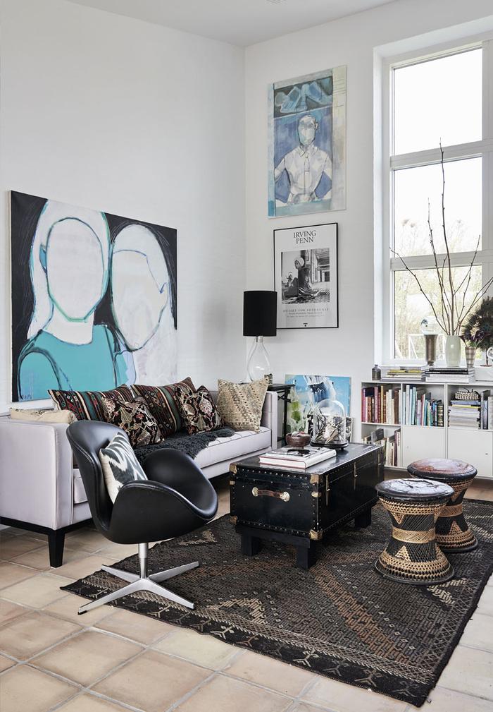 un salon de style ethnique chic qui mixe des meubles style contemporain et des pièces d'inspiration africaine