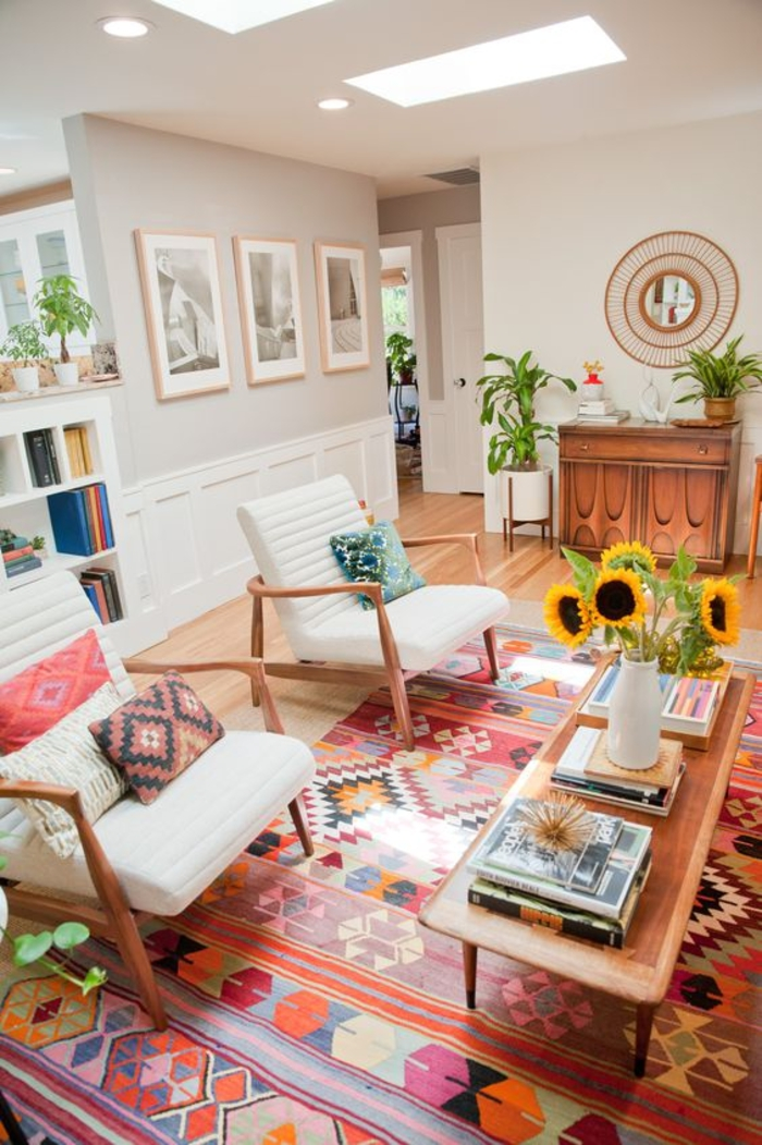 un salon de style bohème chic illuminé par les nuances de terre sienne, couleur ocre et rose