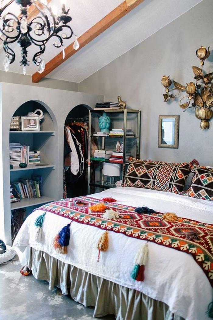 une chambre à coucher à inspiration ethnique marocaine, des niches murales à la marocaine